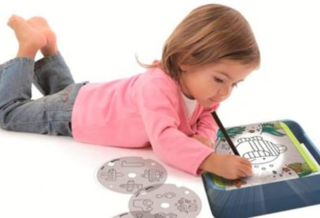 Girl with Dessineo Learn to Draw